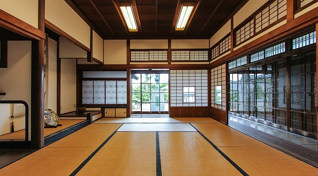 A shoin style room with the built-in desk in the left background : japanese-room - designwebi.com
